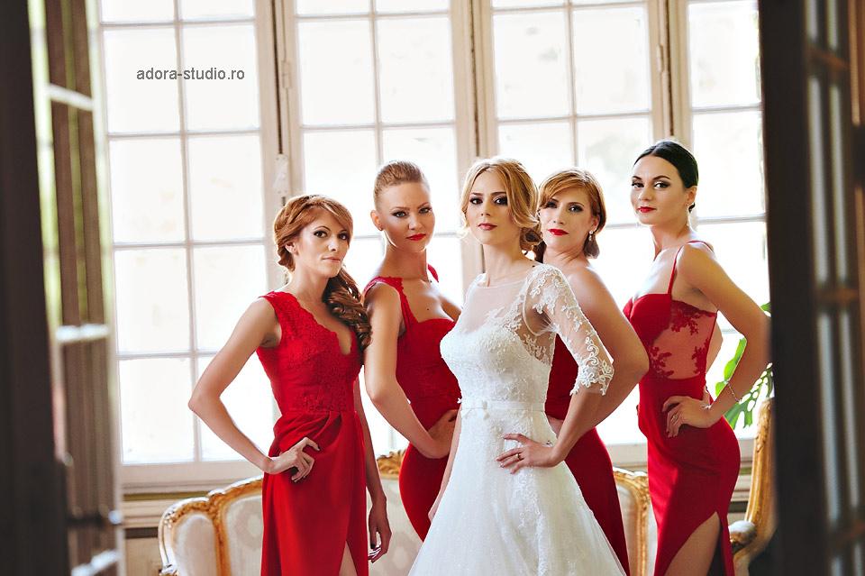 16 domnisoare de onoare